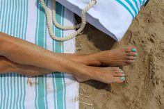 Tomando el sol con bolsa y pareo de rayas azul turquesa. Piernas doradas. Sunbathing with pareo beach bag and turquoise stripes. Golden legs.
