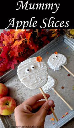 Mummy Apple Slices Mummy Apple Slices The post Mummy Apple Slices appeared first on Halloween Food. Halloween Desserts, Diy Haloween, Spooky Halloween, Halloween Backen, Halloween Apples, Halloween Treats For Kids, Halloween Birthday, Holidays Halloween, Halloween Treats