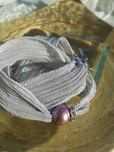 Pulsera de seda pintada a mano, con perla de rio lila,  rondela con stass,  cierre en T.