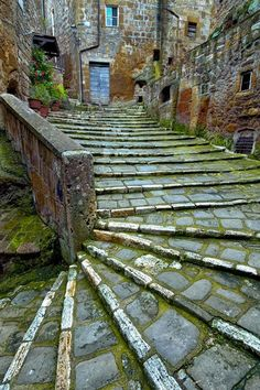 Ancient Stairs, Pitigliano, Tuscany, Italy - collected by L for Italia! - www.linenlavenderlife.com - https://www.pinterest.com/linenlavender/italia/