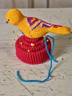 Knit a pin cushion and decorate it with a bird. The cushion is made of four strips knitted back and forth in garter stitch. Knitting Books, Knitting Projects, Crochet Projects, Knitting Patterns, Mexican Embroidery, Embroidery Motifs, Book Crafts, Yarn Crafts, Arne And Carlos