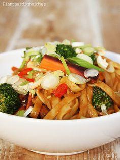 Plantaardigheidjes: Thaise pinda noodles (met broccoli, wortel, peper, lente-uitjes)