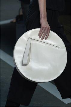 Bolso/Forma Redonda: Esta forma en los bolsos fuera de lo común se ha convertido en una gran tendencia esta temporada.
