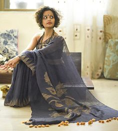 Light as Linen is the expression for those who are waiting to unveil our exciting collection of Linen Sarees for every ocassion. Tussar Silk Saree, Soft Silk Sarees, Cotton Saree, Saree Draping Styles, Saree Styles, Oriental Fashion, Indian Fashion, Women's Fashion, Grey Saree