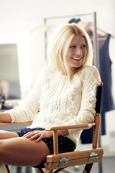 Gwyneth Paltrow always looks amazing, and I love this polka dot shorts and cable knit sweater outfit she's wearing in this photo I saw on Pi. Gwyneth Paltrow, Looks Street Style, Looks Style, Style Me, Style Blog, Fashion Moda, Look Fashion, Fashion Beauty, Womens Fashion