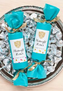 New Year's Eve Party Favors: Midnight Kisses, Easy DIY Craft to make QUICKLY http://www.2littledollzdeals.com/new-years-eve-party-favors-midnight-kisses/