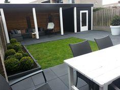 Veranda/overkapping met schuurtje in een strakke moderne achtertuin.