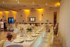 Decor nuntă alb&auriu și lumini ambientale profesionale la Hotel Trotuș #decor #nunta #luminiambientale #sfeșnice #dantelă #salon_venețian Table Settings, Place Settings, Tablescapes