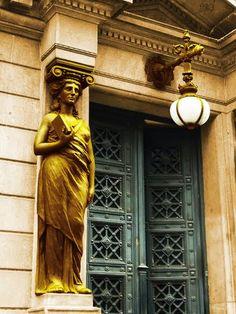 Detalles de Buenos Aires (cariatide).-