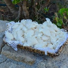 """Ένα όμορφο πανέρι στολισμένο με δαντέλα και σακουλάκια λευκά ή ιβουάρ με ρύζι , για να """"ριζώσει"""" ο γάμος σύμφωνα με το έθιμο. Το κάθε πανέρι αποτελείται από 25 σακουλάκια."""