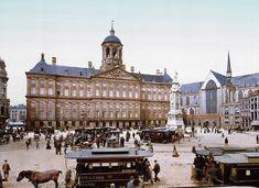 Amsterdam 1898 (en toch al in kleur): Het Paleis op de Dam | Deze foto is gemaakt door middel van de zogeheten Photochrom techniek. Dit is een druktechniek waarbij een kleurenafdruk wordt gemaakt van het negatief van een zwart-wit foto. Het geeft meteen een heel ander beeld van de stad die wij nu als moderne stad kennen.