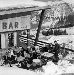 Courchevel 1850 - A la terrasse de l'Hôtel de la Pomme de Pin - Photo originale Machatschek (1955)