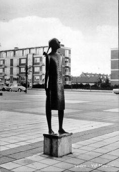 Vijf Meiplein met het beeld 'het Leidse wicht' van beeldhouwer O. Wenckebach (1895-1962). foto ca. 1960 Good Old Times, Mei, Leiden, Holland, Amsterdam, Sculptures, Bronze, History, City