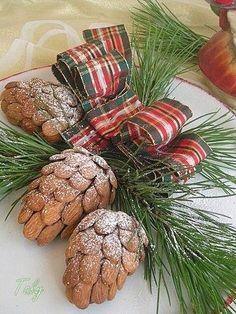 Pigne natalizie con le mandorle-Per i vostri #centrotavola natalizi, mangerecci Tartan Christmas, Christmas Lunch, Christmas Sweets, Christmas Kitchen, Christmas Cooking, Christmas Time, Christmas Baking Gifts, Xmas Food, Biscotti