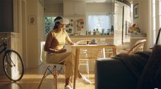 Com óculos VR, o usuário pode ter uma experiência imersiva no Infinite Office