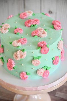 Petite Rosette Cake - Sugar and Bloom Cake Company - Mely&Cake Cake Decorating For Beginners, Cake Decorating Videos, Cake Decorating Techniques, Cake Decorating Frosting, Cake Decorating Designs, Simple Cake Decorating, Birthday Cake Decorating, Deco Cupcake, Cupcake Cakes