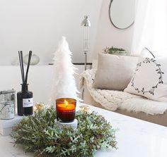 Gustav sover & jag fortsätter med att pynta granen🤗✨ vitt & guld blir det i år😊 funderar på om man ska köpa vita fjädrar och hänga upp✌🏻️ ha en fin eftermiddag 😙💕 #interior #interiør #myhome #preparing #christmas #livingroom #interiordecor #vardagsrum #candles #homestyle