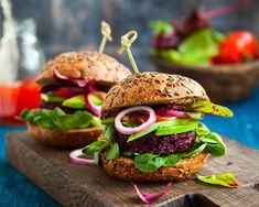 This recipe takes a boring black bean burger and spices it up with the addition of quinoa. In addition to adding flavor, the quinoa amps up the health factor. Beetroot Burgers, Beet Burger, Quinoa Burgers, Vegan Burgers, Burger Recipes, Spicy Recipes, Healthy Dinner Recipes, Vegetarian Recipes, Burger Ideas