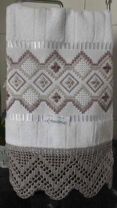 Vilma Herrera R.'s media analytics. Swedish Embroidery, Hardanger Embroidery, Cross Stitch Embroidery, Hand Embroidery, Embroidery Designs, Crochet Towel, Crochet Lace, Broderie Bargello, Monks Cloth
