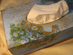 Ręcznie zdobione pudełko na chusteczki higieniczne.