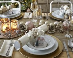 Make your festive lunch extra special with these Christmas table setting ideas.