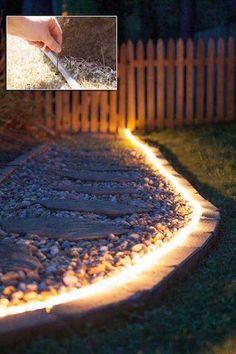 une guirlande lumineuse éclaire le jardin Small Garden Design, Backyard Makeover, Organiser, Backyard Landscaping, Landscape Design, Terrace, Sidewalk, New Homes, Nature