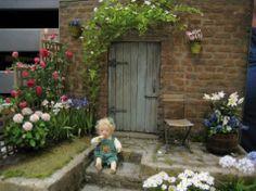 Pascale Garnier Puppenhaus Garten mit kleinem Mädchen