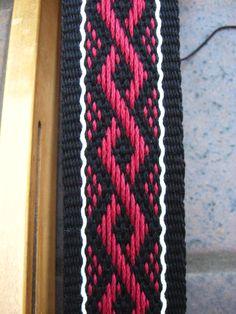 ASpinnerWeaver: Inkle Pickup on a Speckled Background Card Weaving, Weaving Art, Loom Weaving, Basket Weaving, Inkle Weaving Patterns, Weaving Textiles, Loom Patterns, Finger Weaving, Inkle Loom