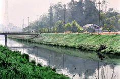 by Tanaka Minori   01.「春霞」    2010.06.04  WATERFORD WHITE  300mm×455mm  HOLBEIN     この日は霞が立ちこめて軟らかな雰囲気の風景になった。少し距離が離れるとグレーのシルエットになって普段では煩わしい風景が整理されてスッキリと気分がいい。