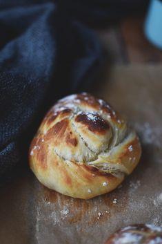 Quark knots - crispy rolls (overnight) ⋆ Crunchy room - Frühstück Rezepte - You are in the right place about casseroles with ground beef - Paleo Dessert, Dessert Recipes, Bread Recipes, Baking Recipes, Cookie Recipes, Bread Cast, Crispy Rolls, Paleo Postre, Homemade Rolls