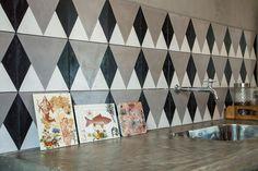 Tem post novo no blog mostrando todos os cantinhos do novo ateliê da artista @calufontes. É claro que não poderia faltar ladrilho hidráulico Calu Fontes + Decortiles por lá! Confira em decortiles.com/blog. ◼️◻️◼️◻️ #ladrilhohidraulico #calufontes #decortiles