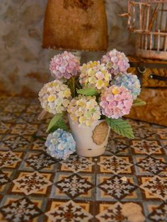 Image may contain: flower Polymer Clay Miniatures, Dollhouse Miniatures, Dollhouse Ideas, Dollhouse Furniture, Miniature Plants, Miniature Dolls, Clay Flowers, Paper Flowers, Biscuit