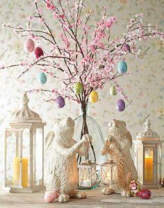 table de Pâques décoration avec arbre de pâques, branches de cerisiers en fleurs et les chiffres de lapin
