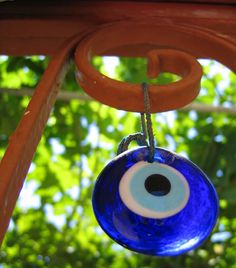 Ever heard of the evil eye? Not to be confused with 'giving' someone the 'evil eye/bad thoughts', but a beautiful little piece of that is possibly the souvenir of Turkey and also Greece? Greek Evil Eye, Art School, Feng Shui, Wind Chimes, Glass Art, Mandala, Turkey, Eyes