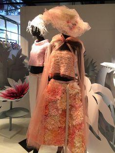 """Karl Lagerfeld criou a coleção Alta-Costura Primavera/Verão 2015 da Chanel baseado em um flash que vivenciou assim que acordou, em sua cama, numa manhã ensolarada de Paris. Mesmo que por poucos segundos, sua """"visão"""" o fez ter certeza do que queria desenhar e criar.A ideia original parte de um jardim imaginário. E é diretamente para esse lugar onírico que fomos transportados em uma visita aoshowroom que aChanel montou em Nova York durante a semana de moda:uma sala ambientada exatamente…"""