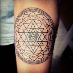 #sriyantra #india #indian #hindu #symbol #religion #triangle #lines #circles #flower #black #ink #tattoo