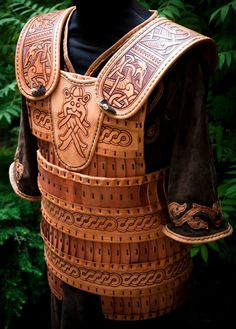 coraza de cuero - tooled leather armour [Kinda want to use this with my wardrobe.  - TL]