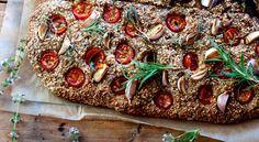 Fra Anne W. Ravn og Mette Borres bog 'Rigtig god fordøjelse - Enkle råd og opskrifter til stærk mave og mere energi' bringer vi opskriften på et dejligt mættende madbrød til madpakker, mellemmaden, middagsmaden og de andre oaser. Opskriften er en grundopskrift på en basisdej, der kan bages i små eller store portioner til boller eller bages som bradepandebrød, der kan toppes med det, du lige har.
