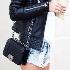 E quem disse que para usar bolsa Chanel precisa estar usando roupa chique? Vá de shorts jeans e jaqueta de couro.