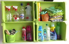 Você pode usar os caixotes de feira para organizar os produtos de limpeza na lavanderia. O legal é que dá para separar os produtinhos por categoria!