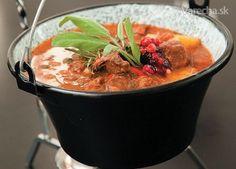 Lovecký kotlíkový guláš - recept | Varecha.sk Slovak Recipes, Thai Red Curry, Beef, Ethnic Recipes, Food, Treats, Meat, Sweet Like Candy, Goodies