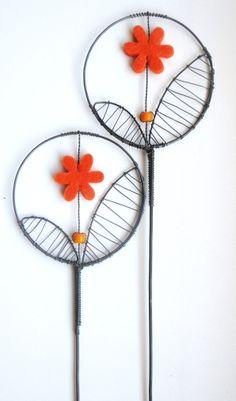 Plsteníček oranžový - zápich Zápich je vyroben ze žíhaného drátu, který je dozdobenplstěnou květinkou a skleněným korálem. Dálka je cca 35cm a průměr kolečka je cca 8cm. Zápich hezký vypadá v květináči nebo v suché vazbě. Drát je ošetřen proti korozi, ale ve vlhkém prostředí může chytit patinu. Cena za kus.