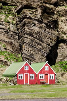 Our country side here in Iceland is speckled with cosy cottages, shelters and cabins. Keep your eyes open and you will find lovely places with a touch a Nordic charm to them. Here at Vík, Southern Iceland.