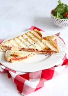 Tosti met roomkaas en salami Bruchetta Recipe, A Food, Food And Drink, Breakfast Recipes, Dinner Recipes, Breakfast Ideas, Panini Sandwiches, Group Meals, Lunches