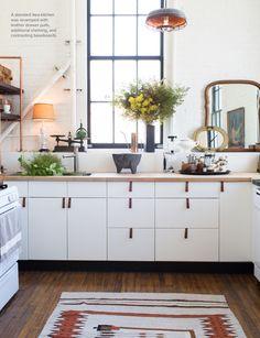 Cocina blanca sencilla y bonita.Lámparas