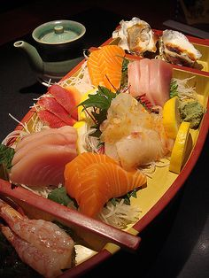 豪華刺身の船盛り Deluxe Sashimi Boat  SASHIMI IS SLICED RAW FISH WITHOUT ANY RICE.