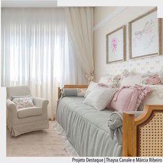As cores e composições do enxoval deram um toque romântico e delicado ao quarto de bebê.   @fellipelima.fotografia  Arquiteturade #arquiteturadecoracao #olioliteam #oliolinatal #adquarto #adquartobebe