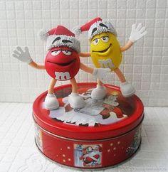 Мои племянники очень любят шоколадные драже M&M's. И вот к Новому году я решила сделать им такие забавные игрушки. Размер игрушек 13 и 14 см вместе с шапочками. Они крепятся к жестяной коробочке на магнитах. А в коробочку можно положить конфеты. Я предлагаю выкройку, по которой вы можете сделать таких Эм-Энд-эмсиков. Для создания красного Эм-энд-эмсика потребуется пенопластовый шар диаметром 6 см, а для желтого — яйцо 7 на 5,5 см.