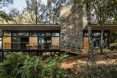 Luzia House / saavedra arquitectos Completed in 2018 in Valle de Bravo Mexico. Images by Onnis Luque. Casa Luzia is the second country house of a master plan of three houses in Avándaro Mexico. (the first one is M House). This second land lot has a. Amazing Architecture, Modern Architecture, Casa Patio, Timber Beams, Courtyard House, Mid Century House, Interior And Exterior, House Design, Mansions