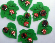 Martisoare -brose din fetru Christmas Crafts For Kids, Christmas Decorations, Christmas Ornaments, Holiday Decor, Felt Crafts, Diy And Crafts, Arts And Crafts, Spring Bulletin Boards, Spring Crafts